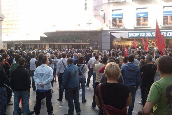 La Policía rodea El Corte Inglés de Preciados (Madrid)